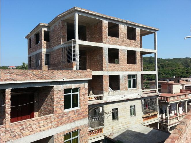 发现当地农村的房子都建得三层楼高