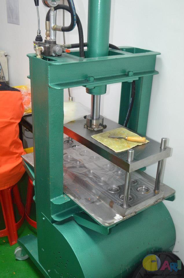 Mesin yang digunakan untuk membentuk sabun..  GAMBAR ADALAH HAK MILIK Nour Ain Beauty Care_Fasihah   ...