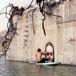 Seni Jalanan Memberikan Ilusi Wanita Mandi Di Gigi Air
