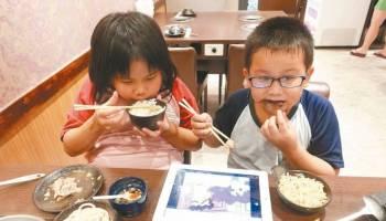 孩子成低头族 家庭零沟通