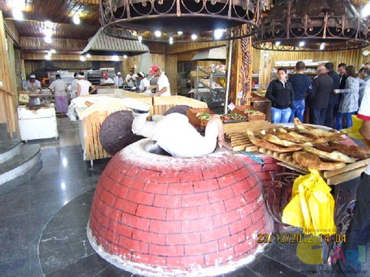 努力的阿美尼亚师傅在烤炉里烤各式面包