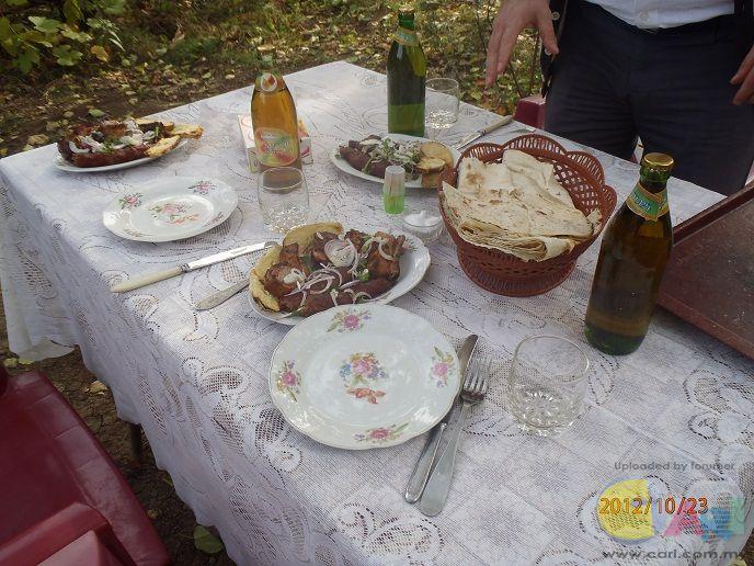 午餐有囊,烤肉,汽水和满地的苹果