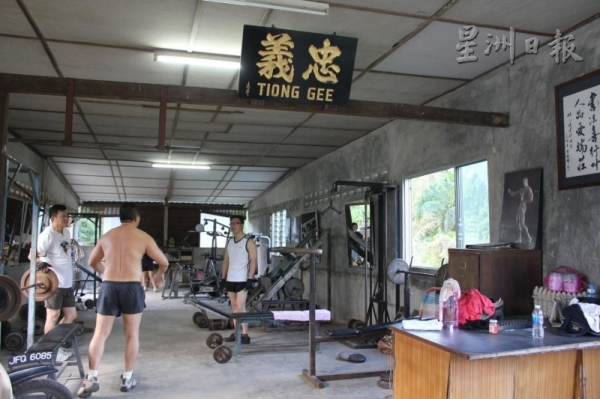 健身房沒有大門,上門來健身的人只需將2令吉放在門口的桌子上即可。