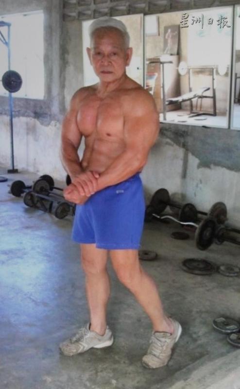 已經70歲的潘六弟仍練有一身強壯的肌肉,令人看了不禁發出驚嘆。