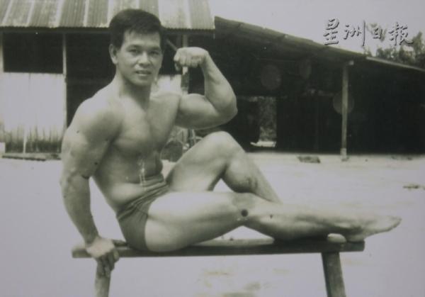 """潘六弟年輕時所拍攝的""""猛男照""""。"""