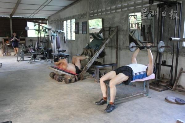 為了省錢,放置在健身房最前方的這兩台器材,是潘六弟當年模擬專業健身器材,要求鐵匠特地打造的。