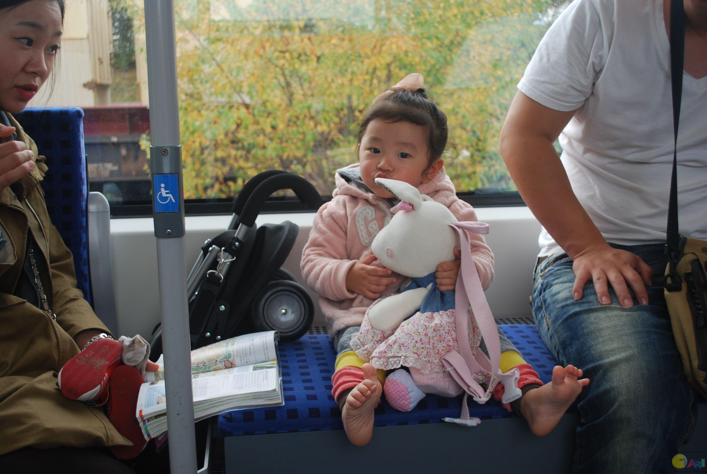 """火车上遇到韩国小女孩,口里一直嚷嚷""""apba jua"""""""
