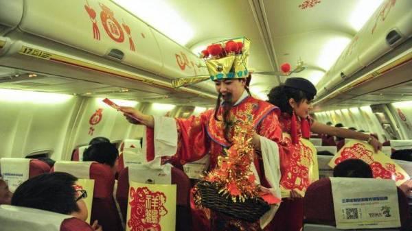 中国航班空乘人员派发新年红包
