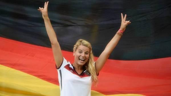 smiling-girl-germany-football-fan-2014-brazil_副本.jpg