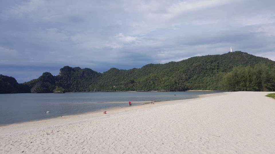 人烟稀少的海边,感觉自己包了整个沙滩