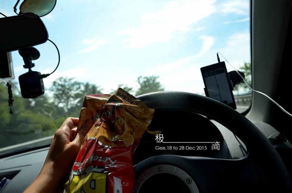 一边吃零食一边驾车(还有拍照)