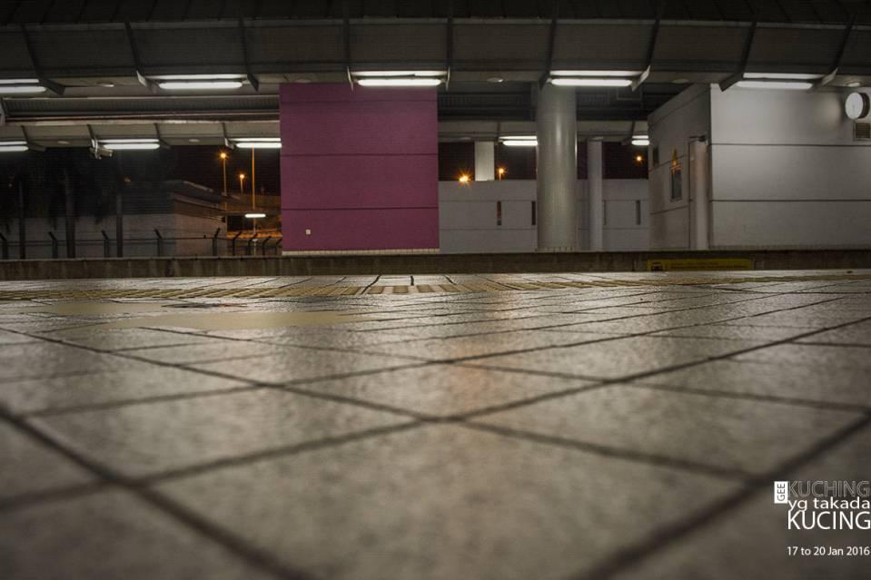 凌晨的地铁没什么人。