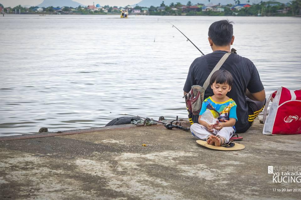 等着回去,村民在钓鱼。可爱的小孩。