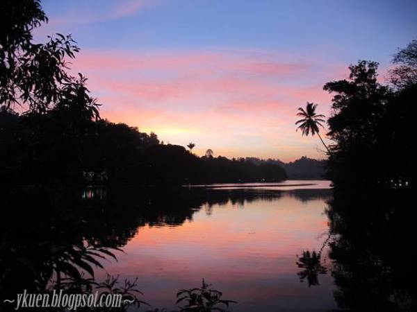 晚上的Kandy湖