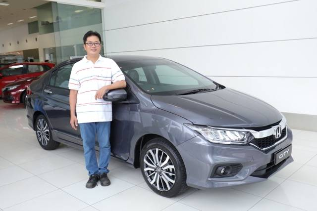04-Owner-of-the-250000th-City-Mr-Tan-Kian-Hui-with-his-New-City-in-Modern-Steel-.jpeg