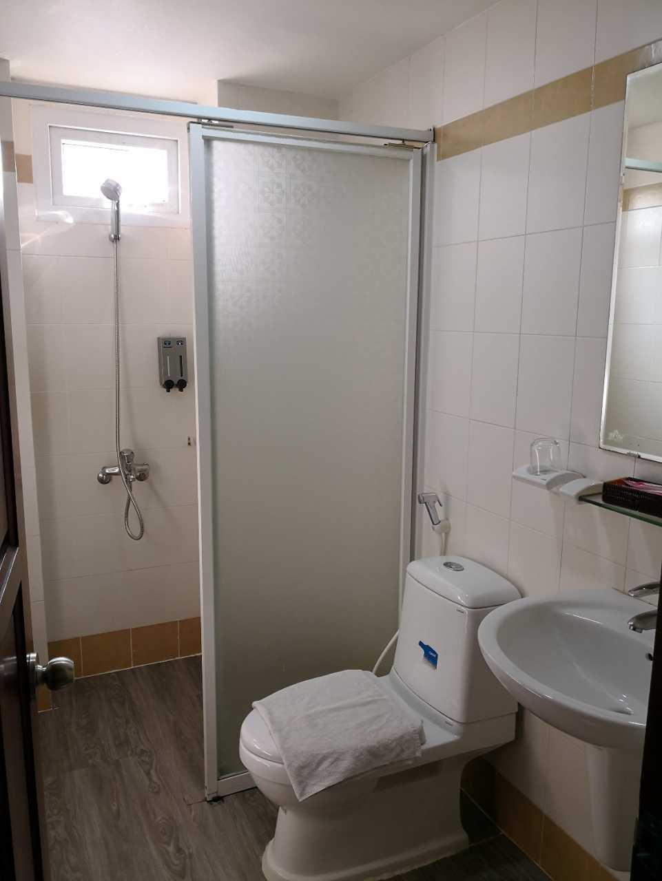 厕所地上用错材质,洗澡后地上会积水。