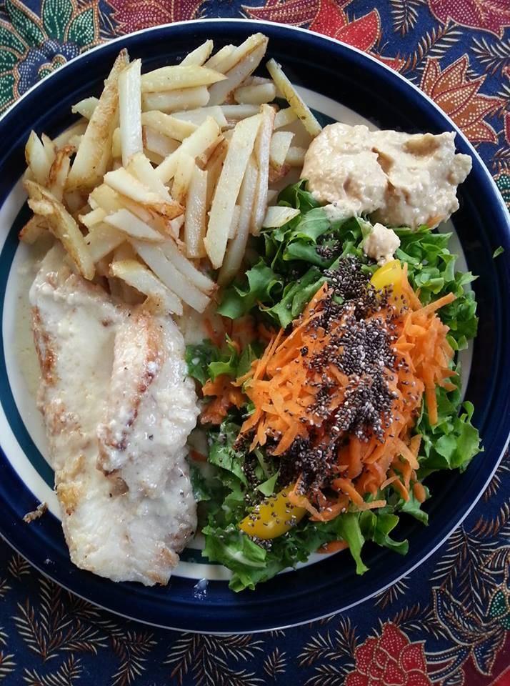 这其实是我上周的晚餐,那一晚吃得比较丰盛一点。煎鱼片配白酒酱,沙拉和薯条。