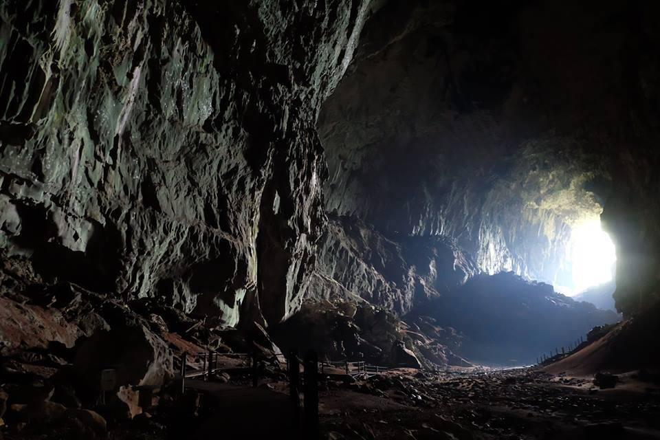 阳光从洞口射入岩洞内形成漂亮的光影