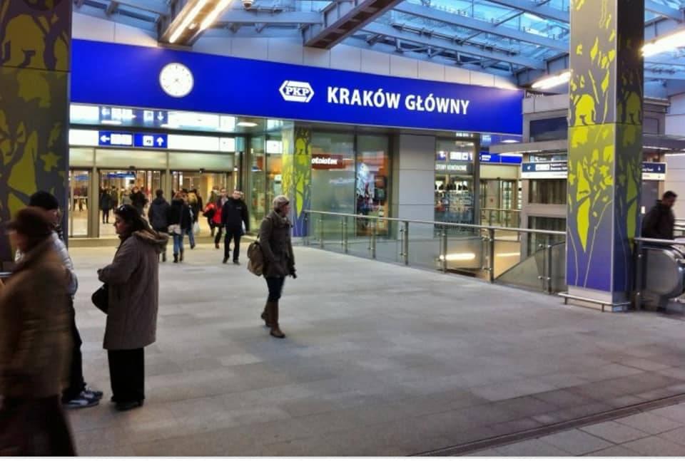 Krakow Glowny Station ,Krakow 的火车与巴士总站。 ( photo from google)