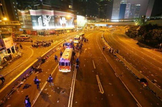 香港立法会周边街道,一片狼藉(多图).png