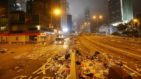 香港立法会周边街道,一片狼藉(多图)1.png