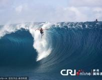 攝影師抓拍沖浪高手乘風破浪驚險瞬間。。。