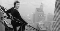 他在1974年偷闯纽约世贸中心以走钢索方式横跨双塔,惊心动魄老照片!