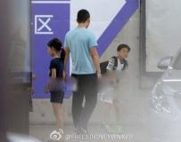 张艺谋幼子幼女回京被拍 大笑欢快(图)