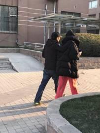 谢霆锋王菲牵手遛弯 焦点却是男方的身高