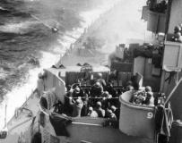 二战时 日本自杀机撞上美军战列舰瞬