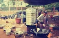 中国旧时候乡村红白事的流水宴席照片,令人无限怀念哪。