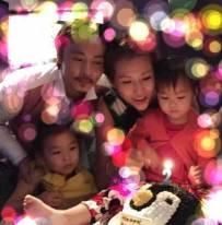 蔡少芬为小女儿庆2岁生日 包子赤脚坐桌上吹蜡烛