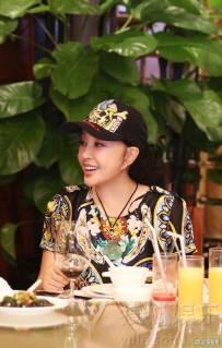 刘晓庆深圳与姐妹淘聚会 谈笑风生气色好