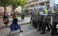 【搞笑】看老娘一個打十個!西班牙大媽為爭取女權而戰,卻被網友PS惡搞