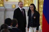 伊娃在普京面前流泪演讲 俄国歌会让世界颤抖
