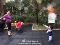 林志颖小儿子逛公园 跟着婆婆跳广场舞