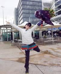 """拦都拦不住!刘晓庆又蹦又跳 """"二""""到悉尼机场"""