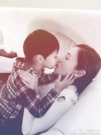 李嘉欣对嘴热吻儿子:我的小情人