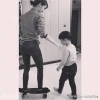 蔡依林和外甥玩滑板