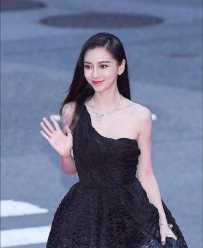 Angelababy黑色斜肩礼服参加釜山电影节惊艳韩国