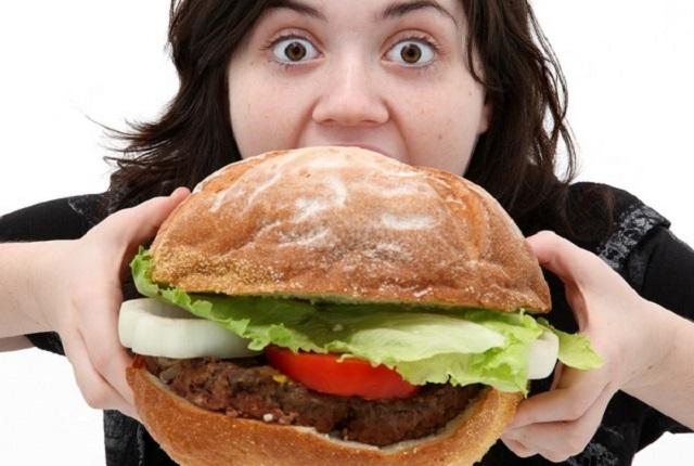 总是饿了暴吃一顿? 长期吃太饱小心老年痴呆!