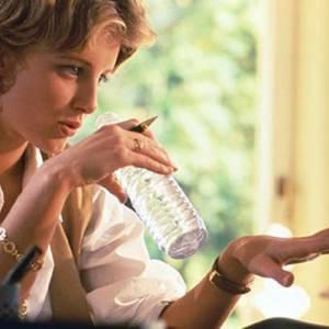 脑子变慢?该喝水了!喝水可以使脑袋更敏捷,工作读书更有效率!