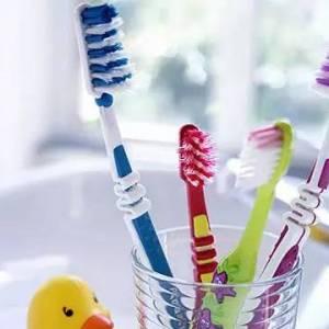 浴室好脏!别把所有牙刷放在同一个杯内
