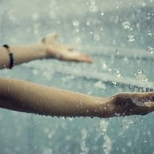 淋雨伤身伤肤,拥抱雨水后要及时护理