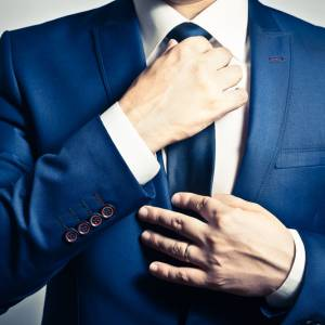 系领带太紧小心眼疾!