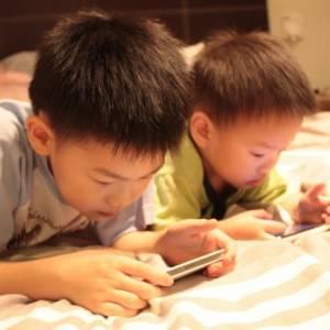 从小玩手机破坏神经系统,引发记忆力衰退,专注力差和影响智力发展!