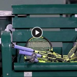 一场网球赛断了四只球拍,发生什么事?