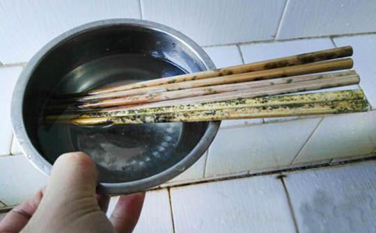 筷子是霉菌、大肠杆菌滋长温床 绝大部分人清理筷子的方式都错了!