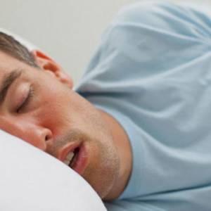 睡眠打鼾声突然停止,请摇醒对方避免猝死