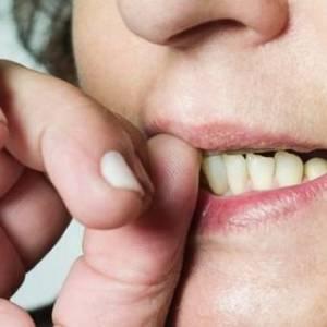 赶快戒掉咬指甲的习惯! 腐蚀皮肤影响健康